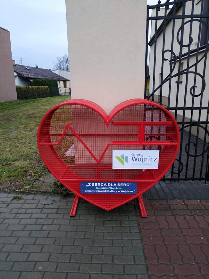 Czerwony pojemnik w kształcie serca