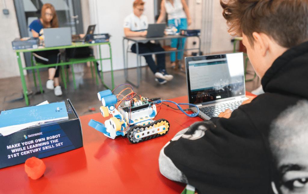 Grafika przedstawiająca zajęcia edukacyjne z robotyki.