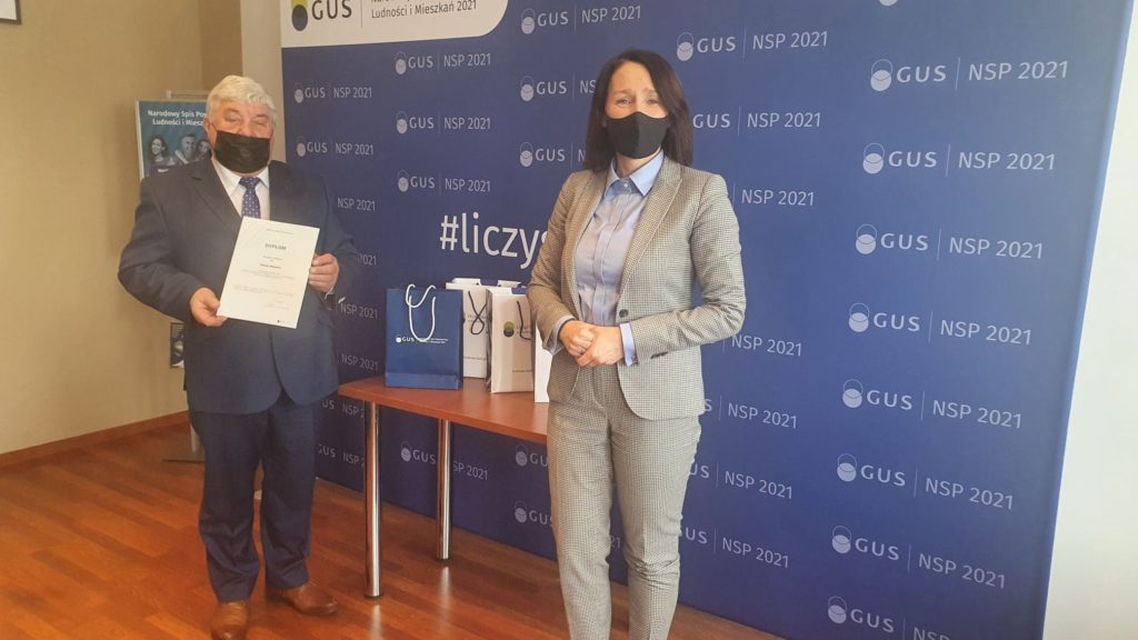 Zdjęcie przedstawia burmistrza Wojnicz odbierającego nagrodę za zajecie piątego miejsca przez gminę Wojnicz w konkursie promującym Powszechny Spis Rolny PSR 2020.