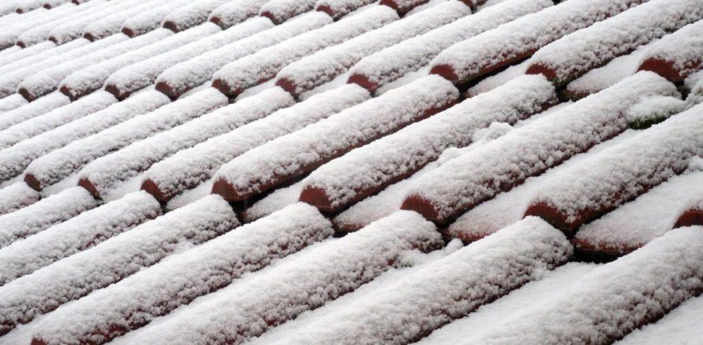 Zdjęcie dachu pokrytego śniegiem.