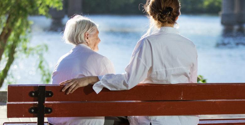 Zdjęcie starszej osoby z rehabilitantem.